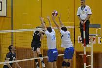 VEDOU. Volejbalisté EGE zvládli oba domácí čtvrtfinálové zápasy s Nymburkem. Proti nymburskému bloku (vpravo) smečuje Petr Šulista (15), přihlíží Jan Ulč.