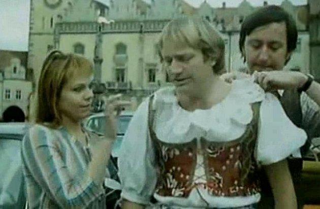 10.Dagmar Veškrnová, Luděk Sobota a Jiří Lábus, jedni z hlavních protagonistů komedie, hrají na Žižkově náměstí v Táboře.