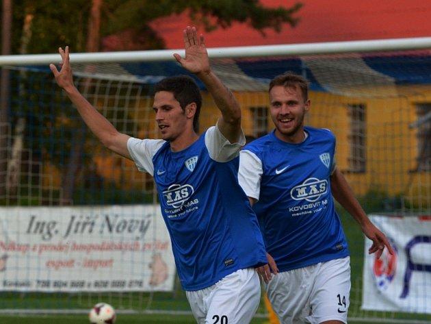 Petr Javorek se raduje ze svého gólu, jímž pečetil výhru Táborska nad Soklovem (2:0).