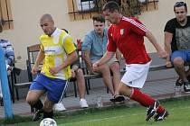 Hrdějovice B (ve žlutém uniká David Pešek) přichystaly Srubci podzimní porážku, vyhráli 5:1.