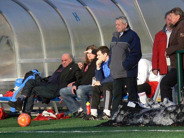 Stoper Tomáš Slepička (na snímku na lavičce Dřítně druhý zleva vedle trenéra Václava Stulíka) na Hluboké šetřil natažený sval na noze.