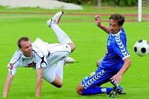 Fotbalisté Dynama  Č. Budějovice v sobotním turnaji v N. Včelnici prohráli s Libercem 1:2 (Michael Žižka bojuje s libereckým Matulou) a v boji o třetí příčku zdolali Artmedii Petržalka 2:1.