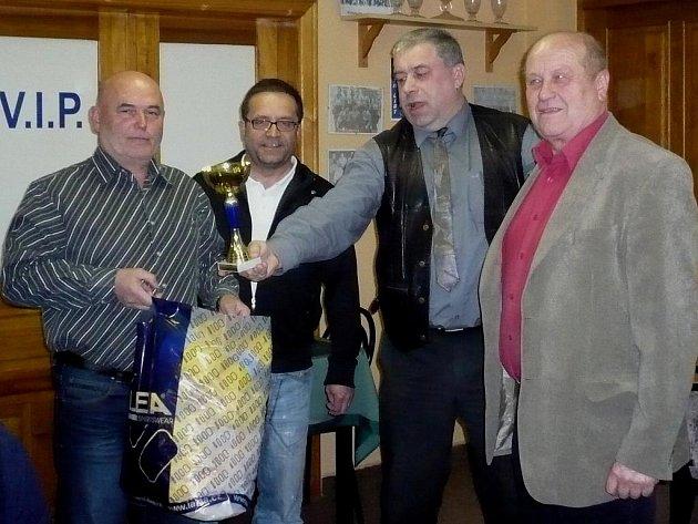 Cenu pro vítěze převzal na Hluboké trenér Slavoje Č. Krumlov Lubomír Pintér, jemuž gratulovali manažer Pavel Mádl, předseda TJ Karel Vácha a předseda oddílu Josef Brašnička.
