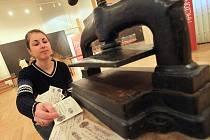 Jedna z posledních výstav, která je k vidění v Jihočeském muzeu, má název Padělání peněz, druhé nejstarší řemeslo. Na snímku numismatička Eva Hyndráková.