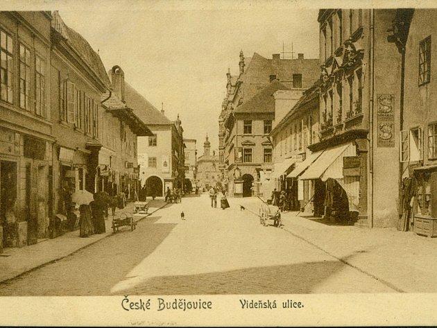 Dnešní ulice Karla IV. v centru Českých Budějovic na pohlednici z doby, kdy ještě nesla název Vídeňská.
