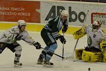 BARÁŽ o II. ligu se hrála v minulém ročníku naposledy. Milevsko šanci zachránit se ve třetí nejvyšší soutěži nevyužilo a od letoška bude hrát krajskou ligu. Na snímku z barážového utkání proti Trutnovu je milevský Homolka mezi Kozákem a brankářem Bieglem.
