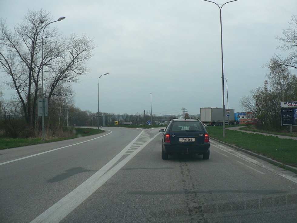 Kruhová křižovatka v Okružní ulici v Českých Budějovicích.