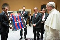 Lahm a Neuer předali papeži dres.