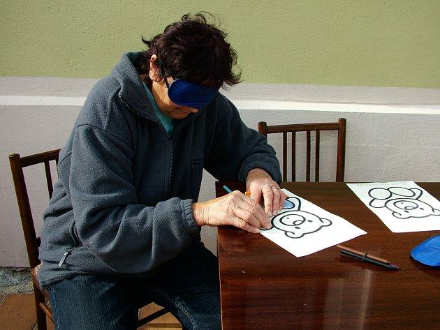 Citlivé prsty a absolutní soustředění vyžaduje tak jednoduchá činnost, jako vybarvení obrázku z omalovánek. Přestože si Marie Čeňková vedla s páskou přes oči obstojně, nevidomým nezávidí.