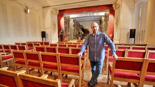 Vedoucí Centra nanobiologie a struktorované biologie v Nových Hradech Ettrich Rüdiger prý při organizace rekonstrukce sálu zažíval náročné chvíle hlavně při získávání finančních prostředků.
