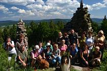 Výletníci na jedné z vycházek, které vede obdivovatel Novohradských hor Milan Koželuh, tentokrát pod vrcholem Slepice ve Slepičích horách.