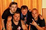 Vladimír Vařeka z onko centra Arcus (uprostřed) s kamarády z kapely Ortel.