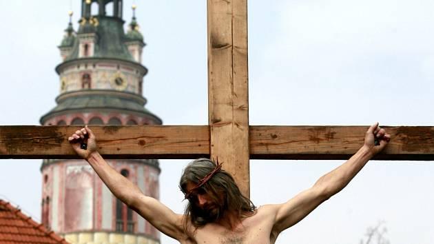 Ochotníci z Hořic na Šumavě sehráli na Bílou sobotu v jedničných reálných kulisách Českého Krumlova pašíjové představení o ukřižování Ježíše krista.