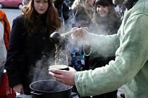 Vyvěšením vlajky, vařením tibetského čaje se solí a máslem Ghí se českobudějovičtí připojili v ranních hodinách před radnicí na náměstí Přemysla Otrakara II. k celosvětové solidární akci, která má upozornit na čínské represálie v Tibetu.
