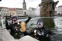 Potápěči z českobudějovického klubu Octopus odhalovali v pátek12. srpna hříchy turistů i místních na dně Samsonovy kašny na náměstí Přemysla Otakara II. v Českých Budějovicích..