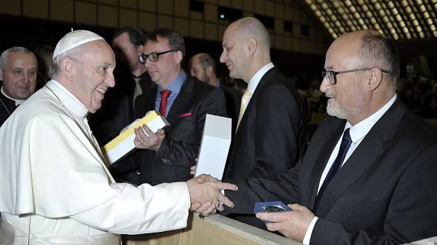 Delegace z Českých Budějovic se vypravila do Vatikánu, kde se 13. prosince setkali osobně s papežem Františkem a předali mu dary. Na snímku primátor města České Budějovice Jiří Svoboda.