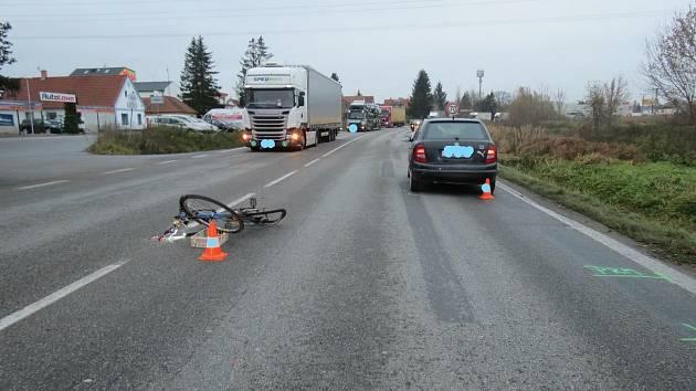 Policisté hledají svědky nehody auta a cyklisty u Litvínovic.