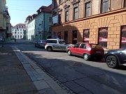 """V sobotu 23. 9. došlo v českobudějovickém nonstop baru na rohu ulic Kněžská a Karla IV. ke rvačce. Před barem byla krev. Na místo přijeli kolem desáté hodiny tři policejní auta. Uvnitř byl podle výpovědi svědků člověk s """"roztrhaným"""" obličejem."""