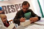 Tábor patřil od 3. do 5. října knihám, festival Tabook, zaměřený na malé nakladatele, přilákal stovky lidí. Na snímku se podepisuje spisovatel Timothée de Fombelle, který představil nový román Vango.