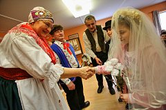 Tetičky baráčnice z Týna připravily na rychtě jarní výstavu o staročeské svatbě. Sami návštěvníkům předváděly, jak taková svatba probíhala.