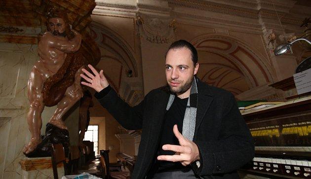 Novodobou premiéru bude mít 8.listopadu mše Missa solennis in B vbudějovické katedrále. Jde odílo, které složil budějovický rodák Vojtěch M. Jírovec. Dlouho se na mši prášilo varchivu, kde ji zpracoval katedrální varhaník Karel Ochozka (na snímku).