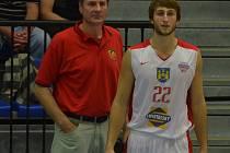 DOSTAL DŮVĚRU. Michal Fröhde (vpravo) je dalším mladíkem, který v dresu Lions dostal od trenéra Karla Forejta (vlevo) důvěru a prostor na palubovce při zápasech nejvyšší soutěže.
