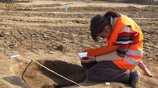 Před deseti tisíci lety již žili lidé v okolí dnešního Písku. Prokázal to průzkum archeologů v průmyslové zóně města, kde vzápětí vyrostla nová výrobní hala. Na snímku Kateřina Mašlová.
