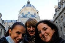 Studentky Jihočeské univerzity Martina Krčková, Veronika Geyerová, Martina Provázková (na snímku zleva) jsou nyní na studijním pobytu v Paříži. Do míst, kde útočili teroristé, se obvykle chodí bavit. Tentokrát zůstaly doma.
