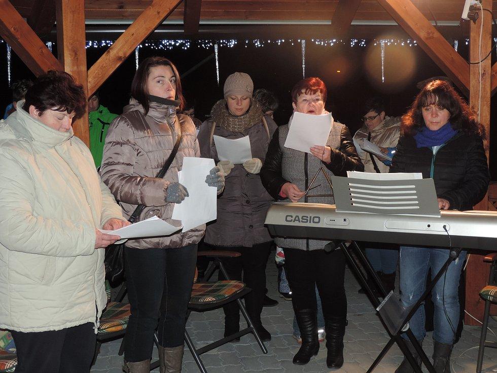 Česko zpívá koledy v Domově s pečovatelskou službou ve Chvalkově.