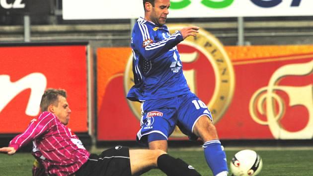 Stoper David Horejš ve skluzu zastavuje olomouckého útočníka Michala Hubníka. Do přestávky byla obrana Dynama v nedělní lize v permanenci, po změně stran se bránili už spíše jen hosté.