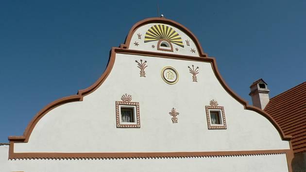 Největší chloubou Holašovic je unikátní zdobení ve stylu selského baroka.
