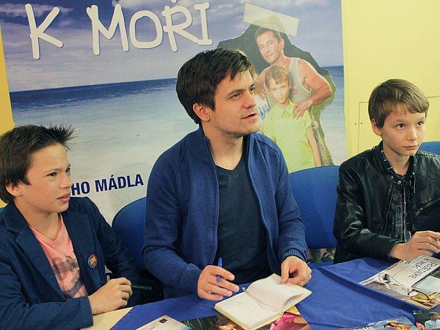 Film Pojedeme k moři, který jako svůj režijní debut natočil Jiří Mádl, vychází na DVD. Snímek z předpremiéry filmu v českobudějovickém CineStaru.