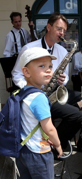 Obnovená kapela Schwarzenberské gardy hrála 5. července na náměstí v Českém Krumlově. Na snímku Na snímku kapelník Martin Voříšek a jeho syn Matýsek.