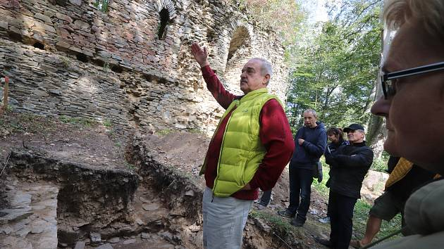 Karlův Hrádek u Purkarce obsadili archeologové.