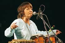 Bára Hrzánová se svou kapelou Condurango koncertovala ve středu v budějovické Bazilice. Kapela, která obsazením i náladou trochu připomíná Nerez, hrála s ohromnou chutí, všemu vévodil hlas Hrzánové.