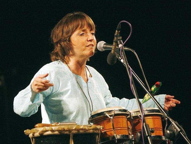Bára Hrzánová se svou kapelou Condurango koncertovala ve středu vbudějovické Bazilice. Kapela, která obsazením ináladou trochu připomíná Nerez, hrála sohromnou chutí, všemu vévodil hlas Hrzánové.