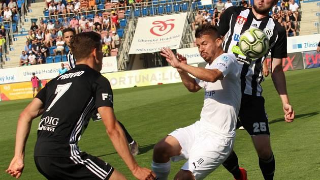 Lukáš Provod, jenž dal na Slovácku první gól Dynama po návratu do I. ligy a svůj první ligový gól vůbec, v souboji s domácím Navrátilem, v pozadí Kulhánek: Slovácko – Dynamo 0:2!