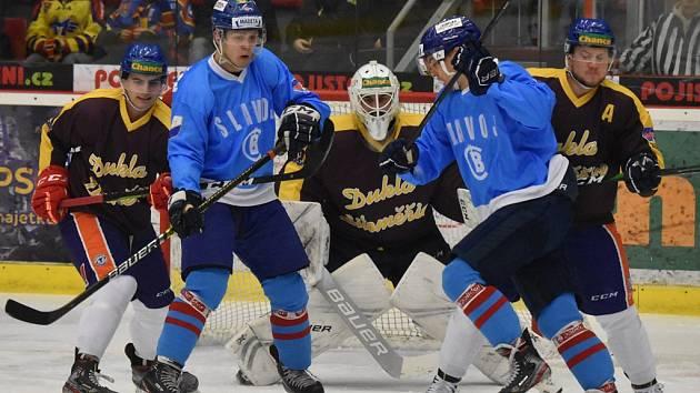 Útočníci ČEZ Motoru Václav Karabáček (vlevo) a Roman Přikryl si ve slušivých modrých retro dresech dělají prostor před brankou litoměřického Jana Škorpíka.