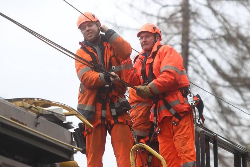 Oprava elektrifikované železniční tratě u Hluboké nad Vltavou, kde se kvůli pádům stromů zastavily vlaky.
