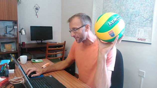 Manažer Stanislav Pochop s novým míčem pro Ligu mistrů