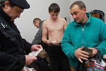 Policisté často kontrolují cizince na ubytovnách.