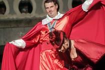 Jihočeské divadlo mělo v roce 2014 na otáčivém hledišti rekordní návštěvnost. Pomohla k ní i úspěšná komedie Tři mušketýři, na snímku Ondřej Veselý jako kardinál.