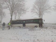 Ve čtvrtek ráno havaroval u Ločenic na Českobudějovicku autobus. Jeden člověk zemřel a deset lidí se zranilo.