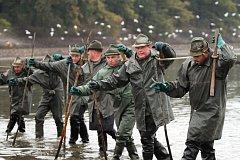 Třebonští rybáři při výlovu Rožmberku.