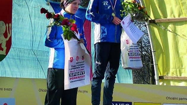 Dvě jihočeské závodnice na stupních vítězů. Na nejvyšším stupínku si užívala vítězný pocit Lucie Sekanová ze Sokola ČB,  druhé místo patří Lence Všetečkové.
