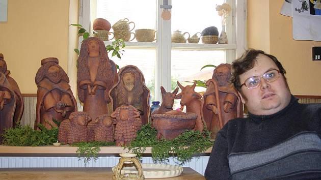 Šest postaviček, Ježíšek v jesličkách a pět zvířátek tvoří betlém (na snímku jen část), který vyrobil jednatřicetiletý Martin Chmelař v chráněné dílně Nazaret. Pracoval na něm několik měsíců, dílo nyní poputuje do Hrádku nad Nisou.