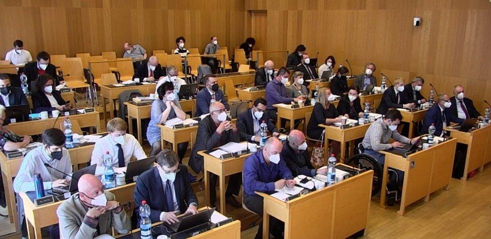 Zasedání zastupitelstva Českých Budějovic v pondělí 10. května printscreen online vysílání.