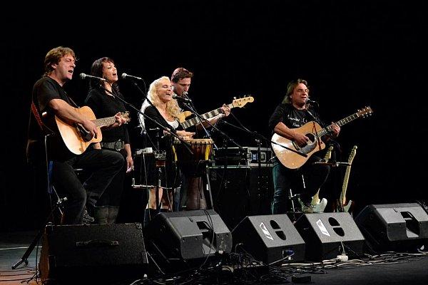 Folková skupina Devítka natočila záznam zEthanol Tour. Zleva Jan Brož, Markéta Klupková, Jindřiška Brožová, Jan Klupka a Petr Havrda.