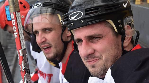 Jiří Kladrubský při tradičním hokeji fotbalistů Dynama na závěr roku spolu s generálním manažerem Martinem Vozábalem.