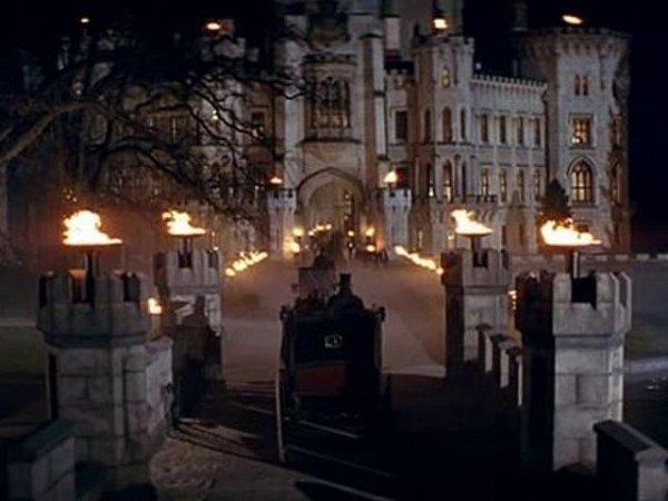 Umělá řeka a umělý mostek vznikly před zámkem Hluboká. Tudy asi vpůlce filmu přijíždějí hlavní hrdinové na ples.